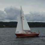 Vindö 18, helt i trä. Till skillnad från de vanliga V18 har denna båt en s.k. kryssarakter. Enligt uppgift byggdes bara tre båtar med detta skrov.